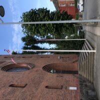 Flag uden for kirken
